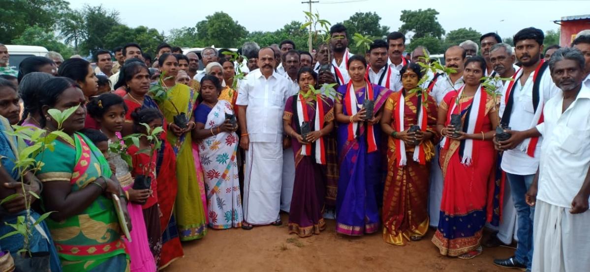 வேட்பாளர்களுடன் அமைச்சர் கடம்பூர் ராஜூ