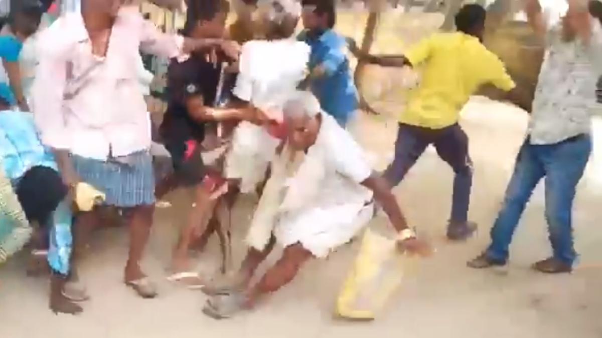 ஆந்திராவில் வெங்காயம் வாங்க குவிந்த மக்கள்