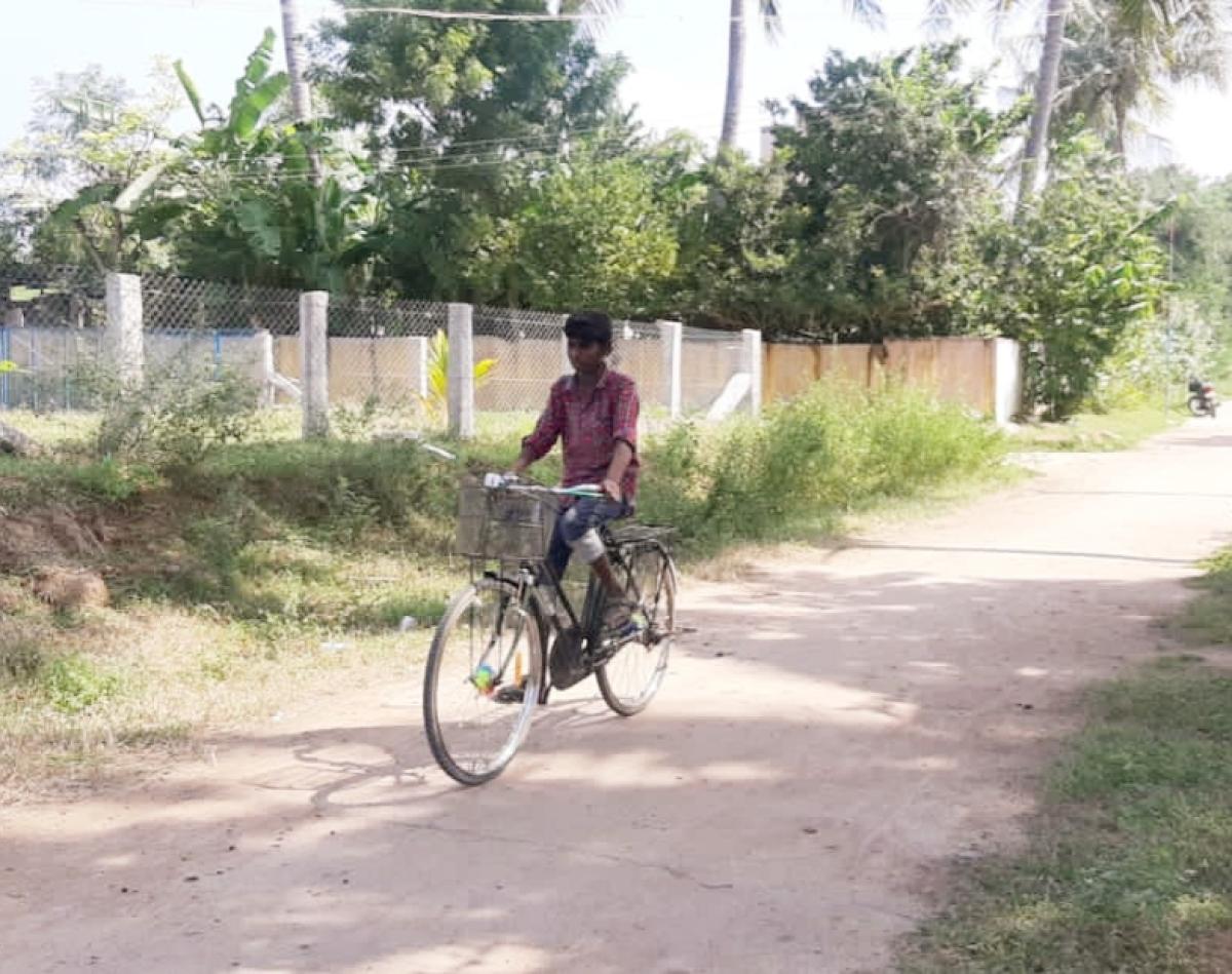 சைக்கிளில் செல்லும் சந்தோஷ்