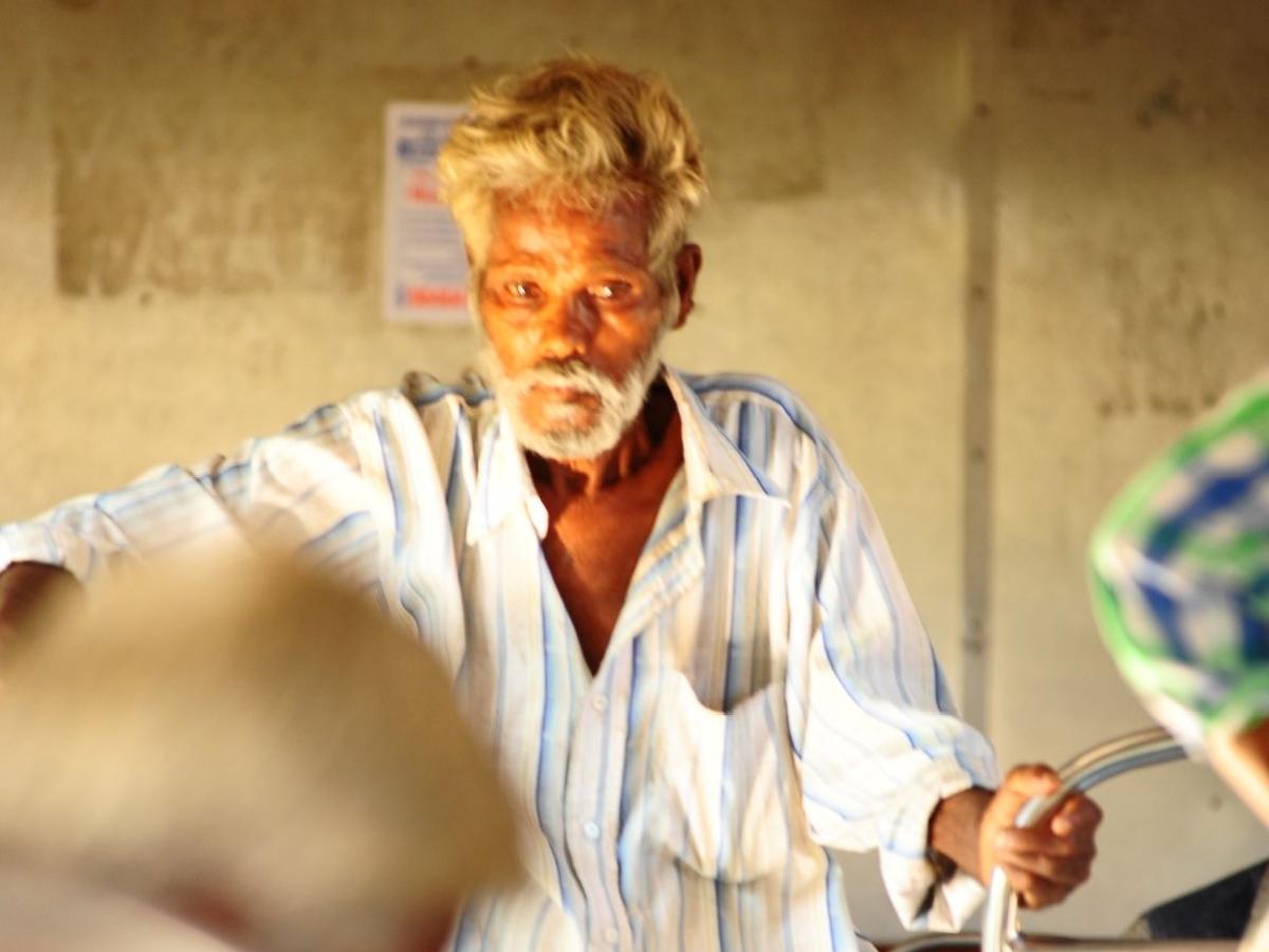 `தாத்தா இத சாப்பிடுங்க...' அன்பு கசிந்த நிமிடம்! - ரயில்பெட்டிக் கதைகள்