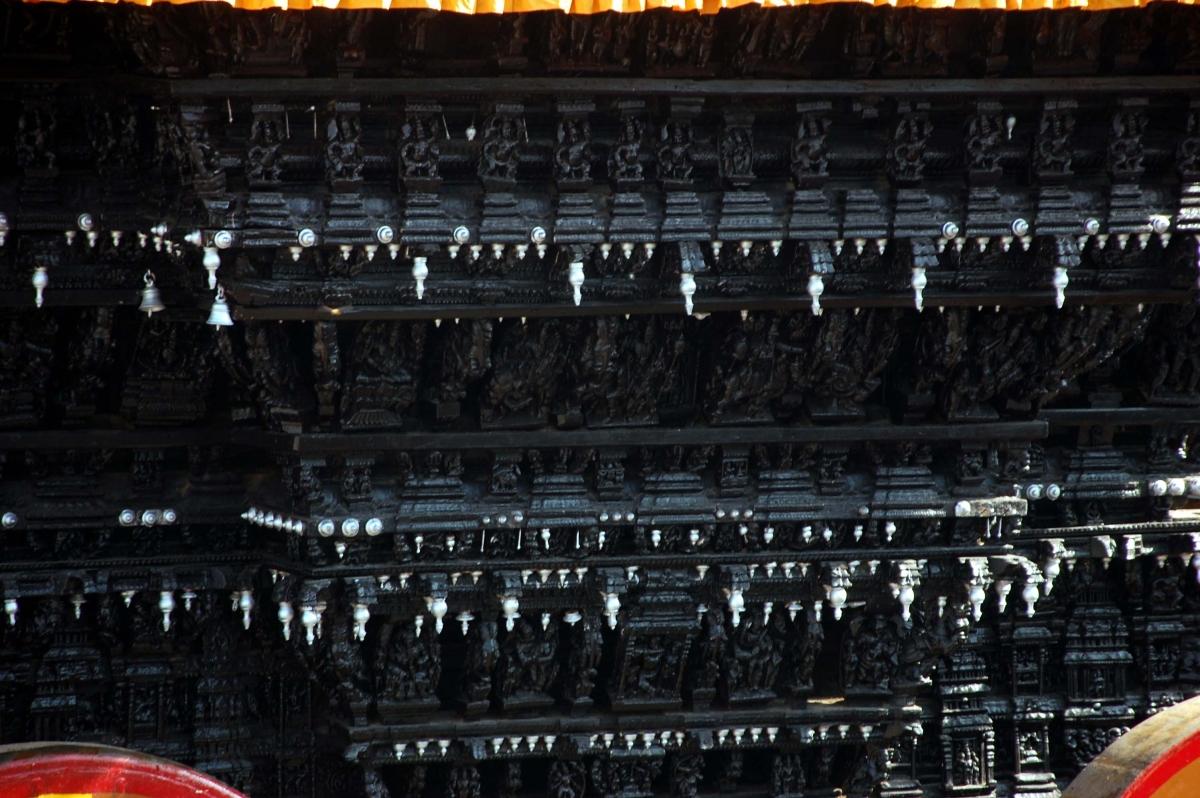 கலைநயமிக்க தேர் சிற்பங்கள்.