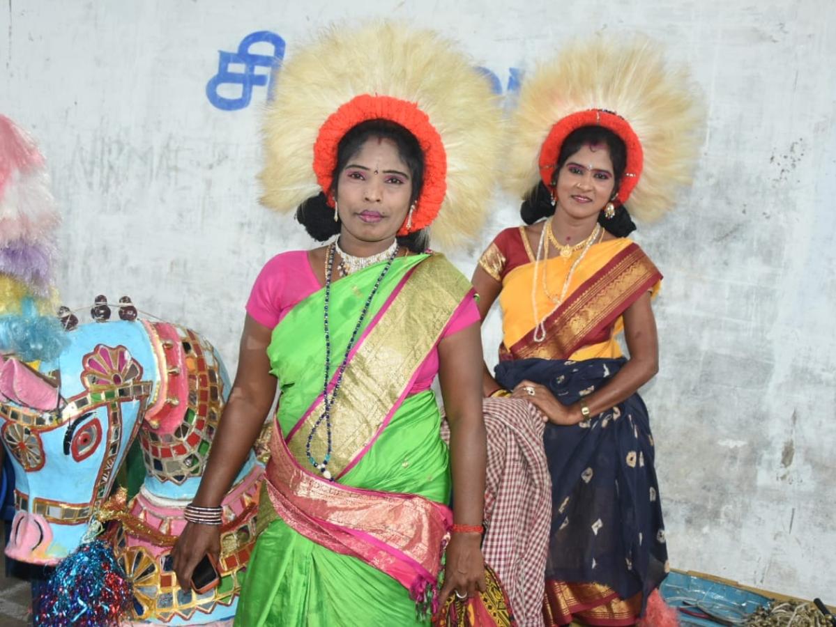 நலிவடைந்த நிலையில் நாட்டுப்புறக் கலைகள்... கலைஞர்களின் ஒரு நாள் எப்படி இருக்கிறது? #VikatanPhotoStory