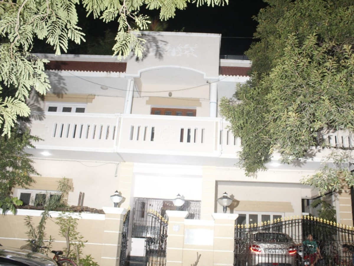 `குருமூர்த்தி வீட்டில் பெட்ரோல் குண்டு வீச முயற்சி?!'- போலீஸ் விசாரணை #NowAtVikatan