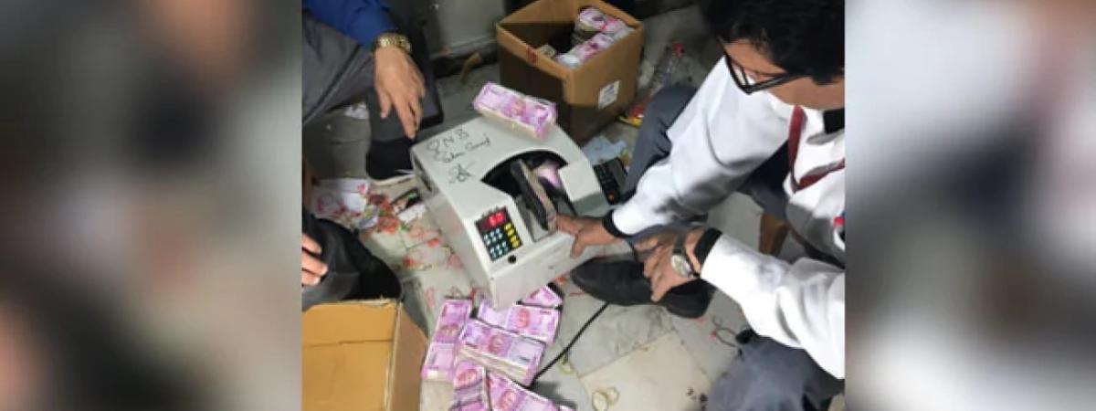 आयकर विभाग की रेड में मिले 300 लॉकर्स, एक महीने से हो रही नोटों की गिनती